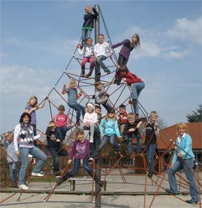 Kinder der Ferienbetreuung Ostern 2010 auf dem Seiltrapez